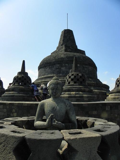 Ich vergebe meine Goldmedaille an den antiken, Buddhistischen Borobudur-Tempel in Java, Indonesien. Auch die ihn umgebende Landschaft ist ein Traum.