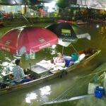 Zwei schwimmende Märkte nahe Bangkok Thailand