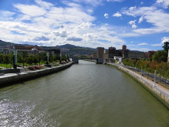 Sorglos Reisen-Was-du-in-Bilbao-Spanien-nicht-verpassen-solltest_Sicht-in-die-andere-Richtung-vom-guggenheim-museum-aus