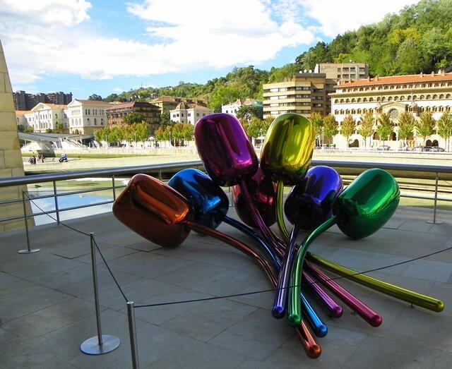 Sorglos Reisen-Was-du-in-Bilbao-Spanien-nicht-verpassen-solltest_guggenheim-museum-Exponat