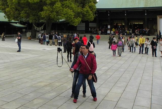 Selfie Stick - Ein nützliches Gadget oder der ultimative Schwachsinn? Alles über Geschichte, Pros und Kontras und Meinungen von Reiseexperten hier!
