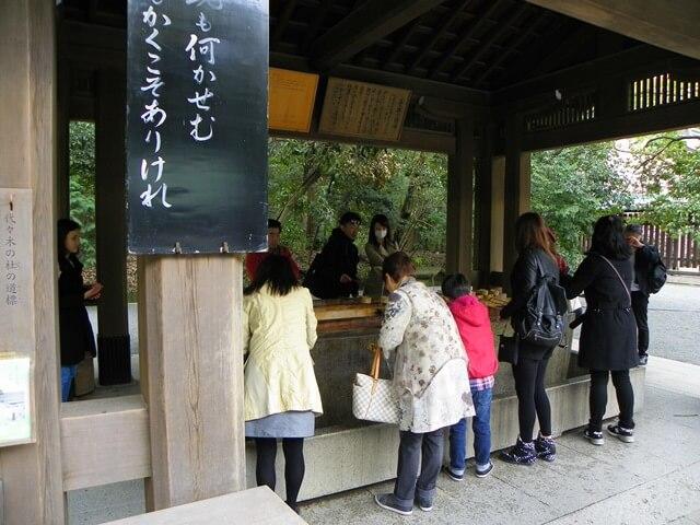 Was-tun-in-Tokio-Von-klassisch-bis-durchgeknallt_Meiji-Jingu-Schrein-reinigung-haende-und-mund