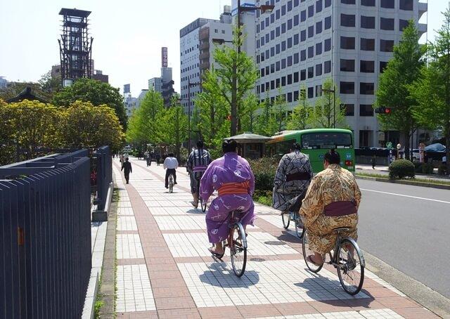 Was-tun-in-Tokio-Von-klassisch-bis-durchgeknallt_Sumo-Kaempfer-auf-dem-Fahrrad