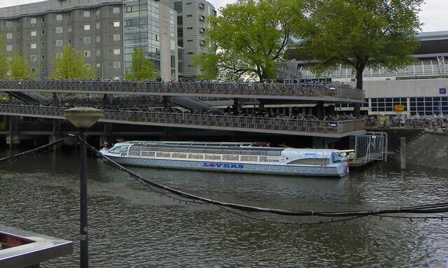 Entdecke-17-Hollaendische-Spezialitaeten-in-Amsterdam_fahrrad-parking-amsterdam-bahnhof
