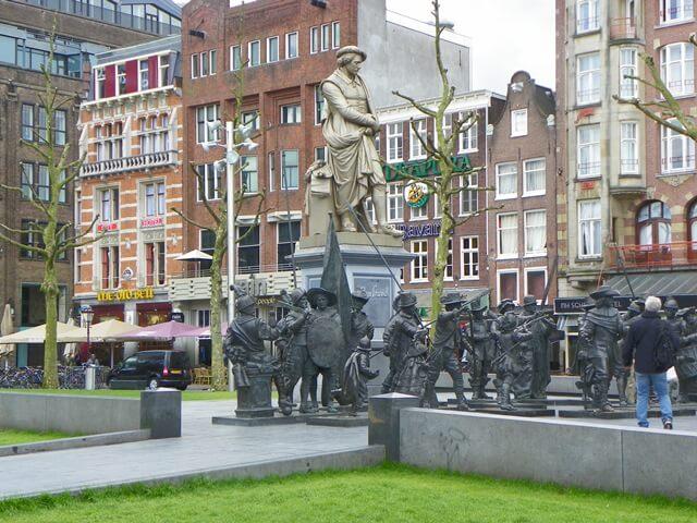 Entdecke-17-Hollaendische-Spezialitaeten-in-Amsterdam_rembrandtplein