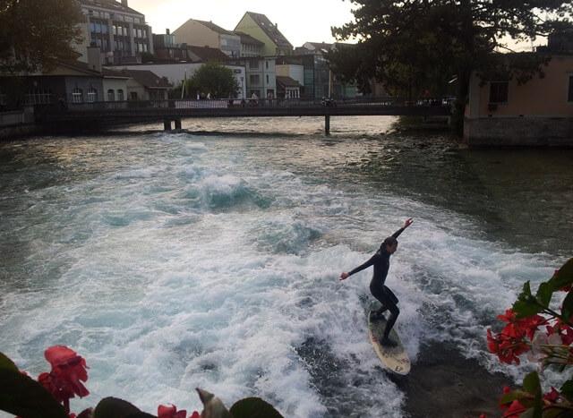 Ist-Interlaken-Schweiz-langweilig_thun-surfer-auf-stehender-welle