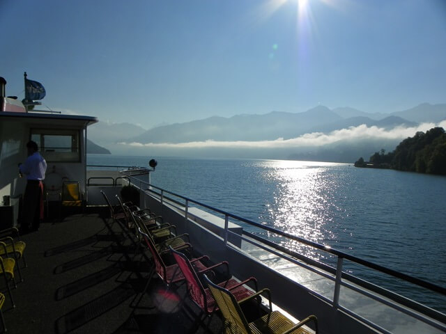 Ist-Interlaken-Schweiz-langweilig_thunersee-sonne-nebelschwade