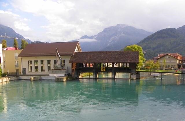 Ist-Interlaken-Schweiz-langweilig_unterseen-damm-fischtreppe