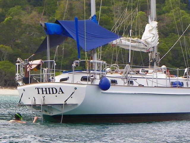 Segeln-in-Thailand-Inselhopping-mit-Stil_Thida-Segelboot-von-hinten