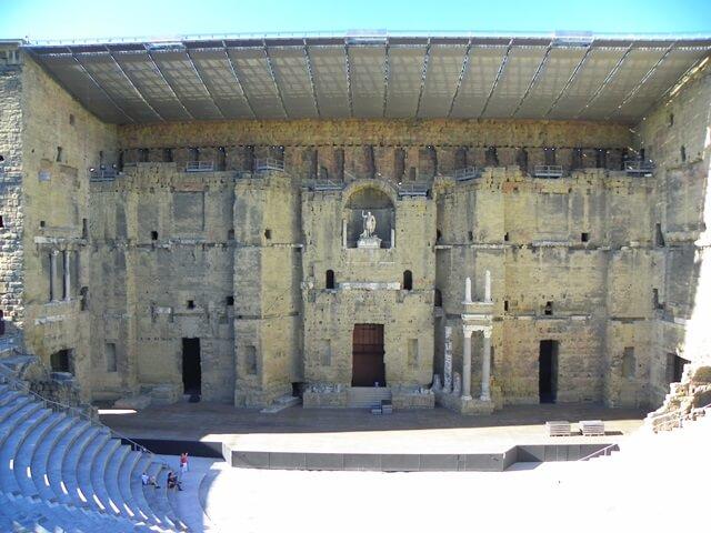 Geniesse-deinen-Suedfrankreich-Urlaub-in-der-Languedoc-Region_Das-antike-Theater-von-Orange