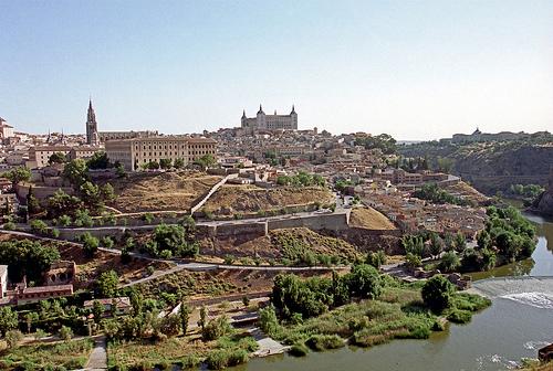 Das Bereisen von Madrid und seinen umliegenden Städten Toledo, Segovia, Aranjuez, Guadalajara, und Avila wird dich bereichern. Tagesausflüge ab Madrid sind einfach zu organisieren dank der vielen Optionen wie Hochgeschwindigkeitszug, Busverbindung oder Mietauto.