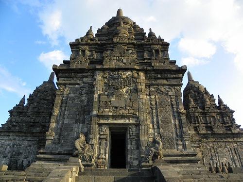 Die Umgebung Yogyakartas in Java Indonesien ist mit Tempeln gesegnet. Dieser Artikel handelt von Prambanan, einem schönen Hinduistischen Tempel-Komplex.