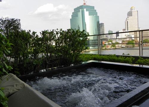 Das Millennium Hilton Hotel in Bangkok eignet sich perfekt, um dich nach einer langen Thailand-Reise vor dem Heimflug zu entspannen. Mit einer coolen Dachbar trägt es auch seinen Teil zum Bangkok Nachtleben bei.