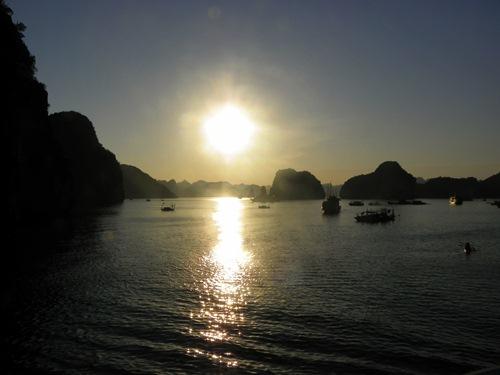 Die Halong Bucht in Vietnam ist eine traumhafte Meeresbucht im Norden des Landes. Lass dich inspirieren von diesem Artikel und den Bildern!