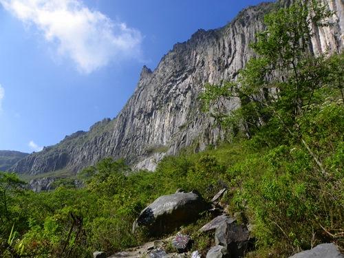 Der Gunung Kelud ist ein Vulkan mit häufigen Eruptionen in Ost-Java, Indonesien. Berühmt ist er für seinen Baby-Vulkan. Schauen sie selbst!