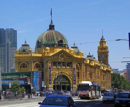 Melbourne Sehenswürdigkeiten Melbourne ist eine tolle Stadt, die dem Besucher sehr viel zu bieten hat. Dieser Artikel bietet eine Auswahl der Attraktionen, die sie gesehen haben müssen.