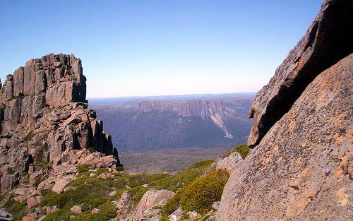 Von betriebsamen Städten bis hin zu einsamen Wüsten bietet Australien viele Erfahrungen, die jeden Reisenden zum Staunen bringen. Finde hier die Reiseorte und Festivals, die du gesehen haben musst!