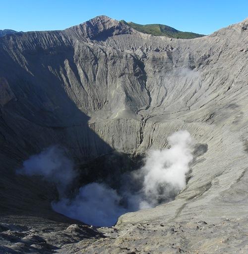 Der Gunung Bromo (Bromo-Vulkan) in West-Java ist eine Attraktion Indonesiens, die man gesehen haben muss. Zudem kann man dort Vulkan-Boarden.