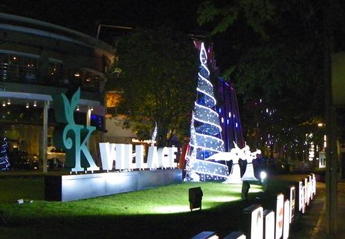 Geniessen sie ein paar Bilder der kitschigen Stimmung zu Weihnachten in Bangkok Thailand.